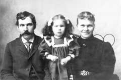 1900-00-00-Fred-and-Mary-Balitz-with-Tracie
