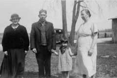 1934-00-00-MooreDJ1931-with-mother-KahleyLL1912-and-Roys-parents-MooreJJ1878-and-BuessEL1880