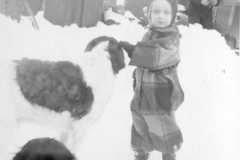 1947-00-00-ArnoldDS1890-by-barn-with-unknown-and-dogs